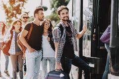 Gruppe junge Leute, die auf Reise-Bus verschalen lizenzfreie stockfotos