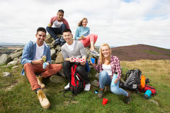 Gruppe junge Leute, die in der Landschaft wandern Lizenzfreies Stockbild
