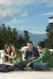 Gruppe junge Leute, die in der Sonne genießen lizenzfreies stockfoto