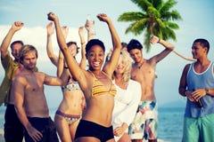 Gruppe junge Leute, die durch den Strand feiern Lizenzfreies Stockfoto