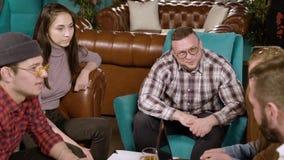 Gruppe junge Leute, die ein neues Projekt besprechen stock video