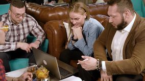 Gruppe junge Leute, die ein neues Projekt besprechen stock footage