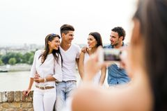 Gruppe junge Leute, die fotografiert werden Lizenzfreies Stockfoto
