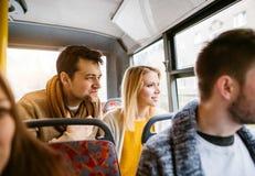 Gruppe junge Leute, die mit dem Bus, Spaß habend reisen Stockbild