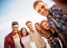 Gruppe junge Leute, die Spaß draußen haben lizenzfreie stockfotos