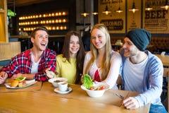 Gruppe junge Leute, die Spaß im Café haben stockbilder