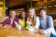Gruppe junge Leute, die Spaß im Café haben lizenzfreies stockbild