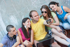 Gruppe junge Leute, die Spaß draußen haben Lizenzfreies Stockbild