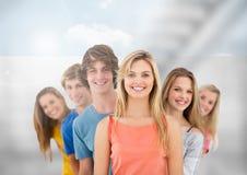 Gruppe junge Leute, die vor unscharfem Hintergrund stehen Lizenzfreies Stockbild