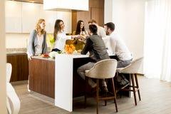 Gruppe junge Leute, die zu Abend essen und Wein in modernem trinken stockbilder
