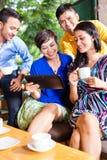 Gruppe junge Leute in einer asiatischen Kaffeestube Stockfotos