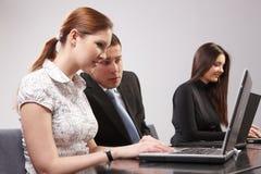 Gruppe junge Leute im Büro Arbeitstogeth Stockbild