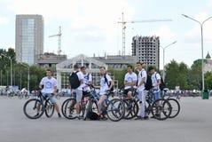 Gruppe junge Leute mit Fahrrädern Stockfotos