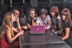 Gruppe junge Leute mit Laptop im Café Stockfoto
