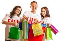 Gruppe junge Leute mit ` Verkauf ` T-Shirts Stockfoto