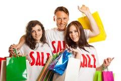 Gruppe junge Leute mit ` Verkauf ` T-Shirts Stockfotografie