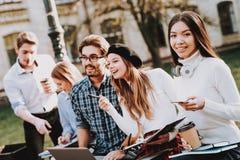 Gruppe junge Leute Studie zusammen notizbücher lizenzfreies stockbild