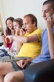 Gruppe junge Leute am Telefon Stockfoto
