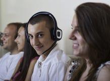 Gruppe junge Leute zuhause Lizenzfreies Stockbild