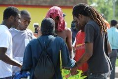 Gruppe junge Männer, die in Ferguson beten Stockbild