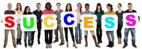 Gruppe junge multi ethnische Leute, die Worterfolg halten lizenzfreies stockfoto