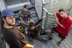 Gruppe junge Rapper, die auf der Metalltreppe aufwerfen stockfoto