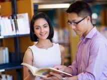 Gruppe junge Studenten an der Bibliothek Stockbild