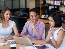 Gruppe junge Studenten an der Bibliothek Lizenzfreies Stockbild