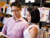 Gruppe junge Studenten an der Bibliothek Lizenzfreie Stockbilder