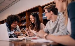 Gruppe junge Studenten, die Aufgabe tun lizenzfreies stockbild