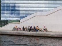 Gruppe junge Touristen auf einer Fahrradreise in Berlin stockfotografie