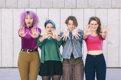 Gruppe Junge und Verschiedenartigkeitsfrauen mit dem Symbol von Feminismus w Lizenzfreies Stockfoto