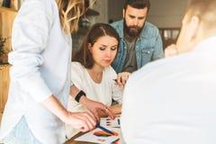 Gruppe junge Wirtschaftler arbeiten zusammen Brainstorming, Teamwork, Start, Unternehmensplanung Hippie-Lernen Lizenzfreies Stockbild
