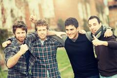 Gruppe Jungen draußen lizenzfreie stockfotografie