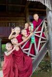 Gruppe Jungenhaltungen des buddhistischen Mönchs Lizenzfreie Stockfotografie