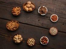 Gruppe köstliche Trockenfrüchte über einem hölzernen Hintergrund Lizenzfreies Stockfoto