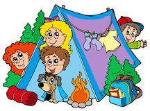 Gruppe kampierende Kinder Lizenzfreies Stockfoto