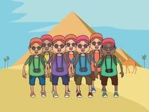 Gruppe Karikaturtouristen am ägyptischen Pyramidenhintergrund Lizenzfreie Stockfotos