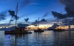 Gruppe Katamaran auf Hintergrundsonnenuntergang über Bora Bora-Insel lizenzfreie stockfotografie