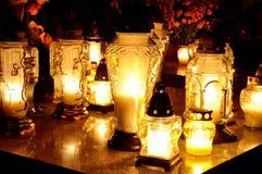 Gruppe Kerzen auf Grab während des Allerheiligen lizenzfreie stockbilder