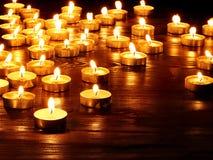 Gruppe Kerzen auf schwarzem Hintergrund. stockfotos