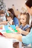 Gruppe Kinder auf kesson in der Kindertagesstättenmitte stockbild