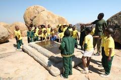 Gruppe Kinder besuchen das Grab von Cecil Rhodes zimbabwe afrika lizenzfreies stockfoto