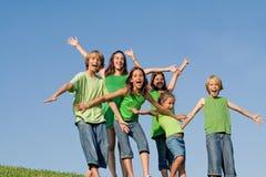 Gruppe Kinder bewaffnet angehoben oder ausgestreckt Stockfotos