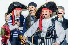 Gruppe Kinder in den Piratenkostümen stockbilder