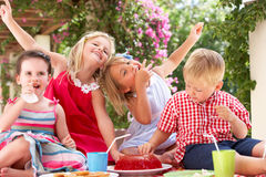 Gruppe Kinder an der im Freientee-Party Stockbilder