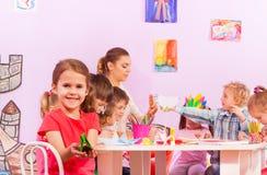 Gruppe Kinder in der Origamivorschule- Klasse Stockfotos