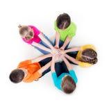 Gruppe Kinder, die auf dem Boden sitzen. Stockfotos