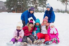 Gruppe Kinder, die auf dem Eis sitzen lizenzfreie stockfotografie