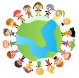 Gruppe Kinder, die auf der ganzen Welt stehen Lizenzfreie Stockfotos